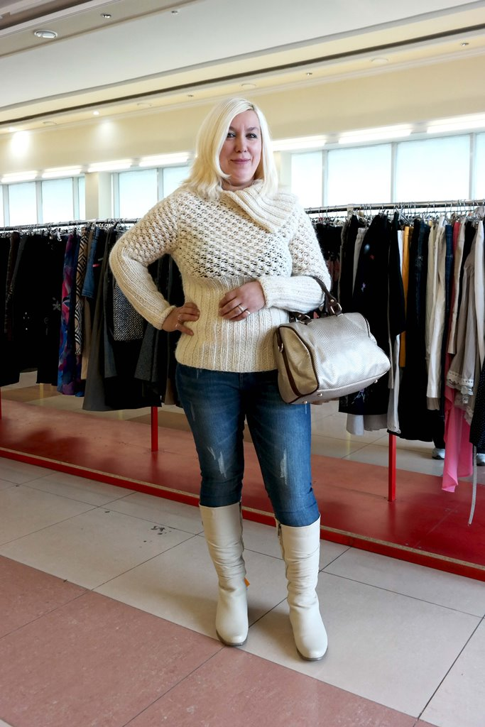 Теплый свитер и белые сапоги
