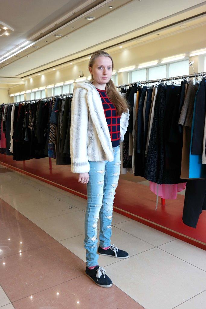 Светлая куртка и джинсы