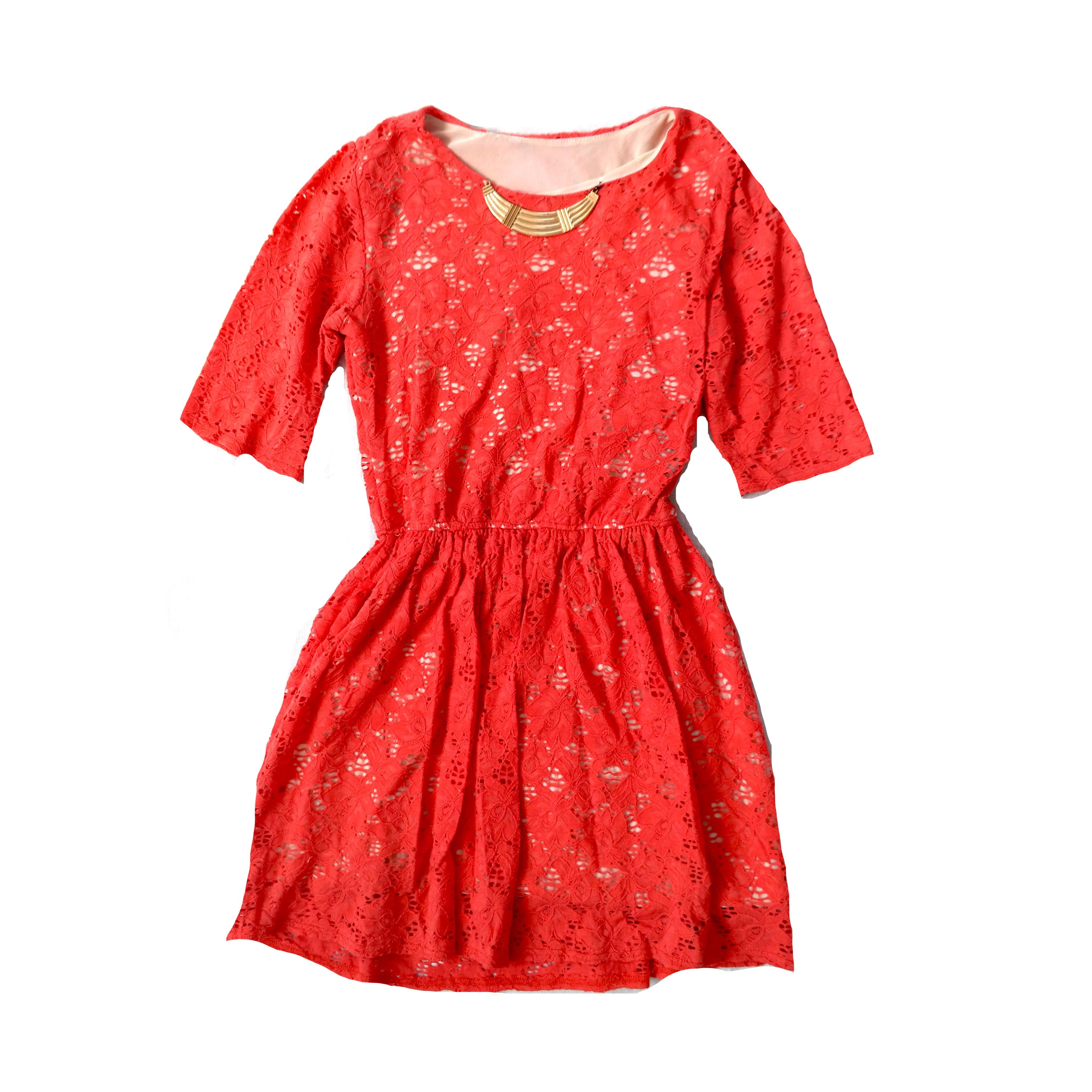 Красное женское платье с гипюром в Челябинске