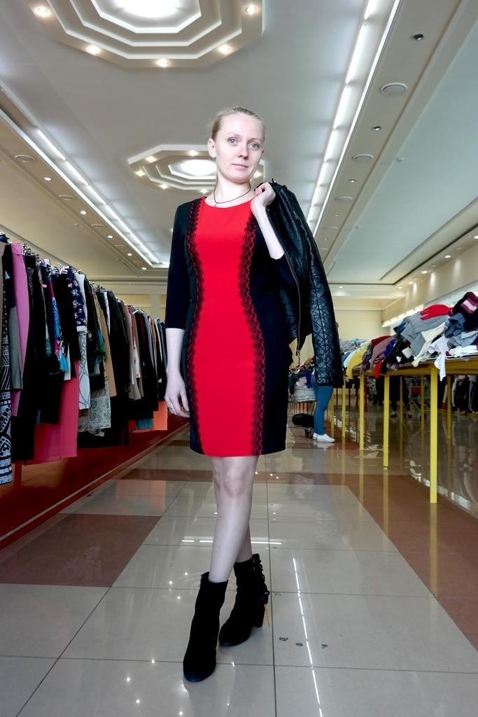 Красное платье и кожаная куртка
