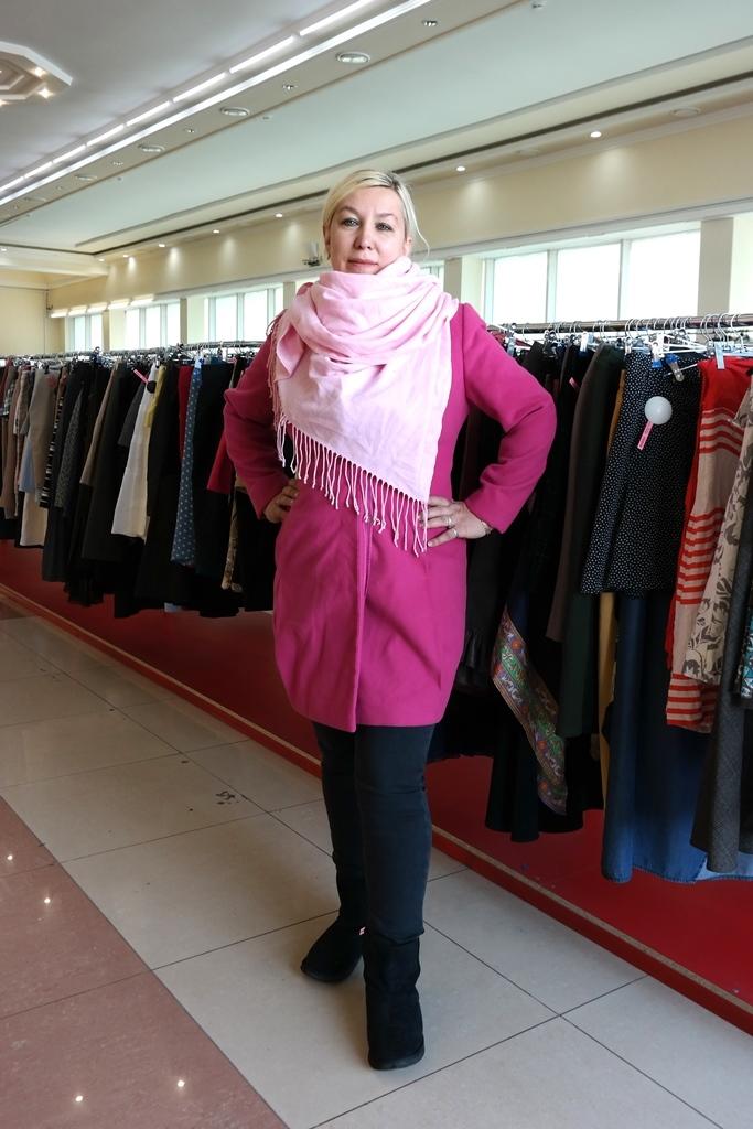 Красное пальто и розовый шарф