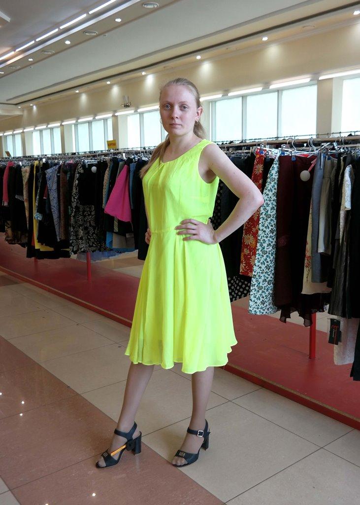 Яркое салатовое платье