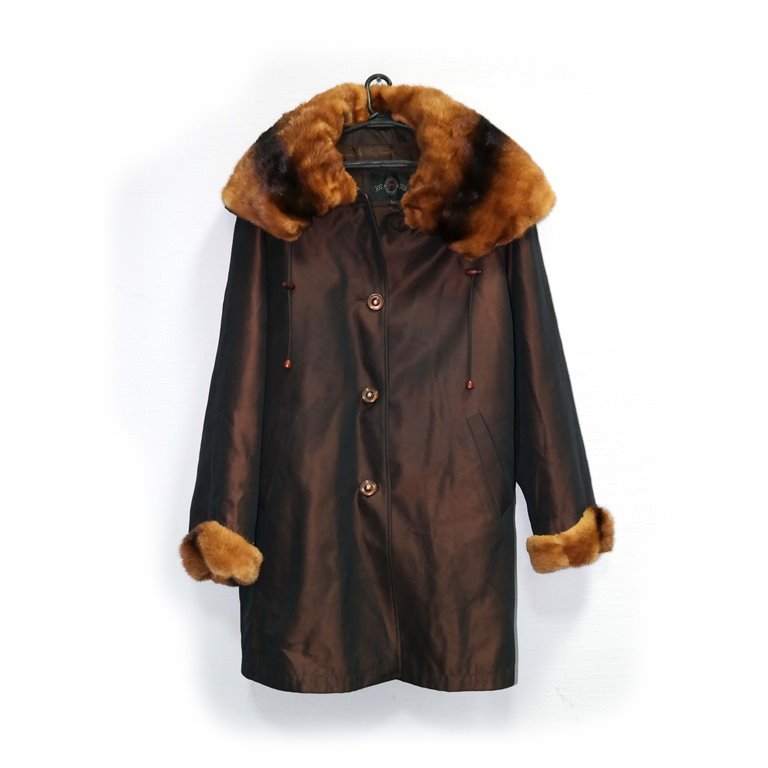 Пальто зимнее женское коричневое с рыжим воротником в Челябинске